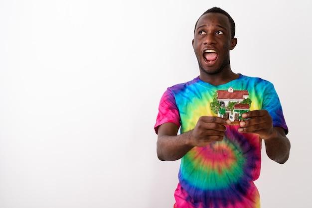 Studio strzałów młodych szczęśliwych czarnych afrykańskich ludzi, patrząc w górę, podczas gdy th