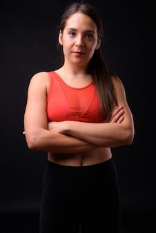 Studio strzałów młodych wieloetnicznych kobiety piękne gotowe do siłowni na czarnym tle