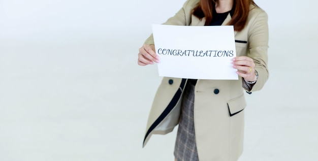 Studio strzałów niezidentyfikowanych niezidentyfikowanych kobiet kadry oficera personelu w dorywczo biznesu nosi stoisko trzymać gratulacje papier znak okładka twarz do nowego pracownika na białym tle.