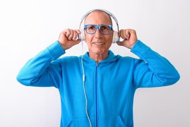 Studio strzałów szczęśliwy łysy starszy mężczyzna uśmiecha się podczas słuchania muzyki