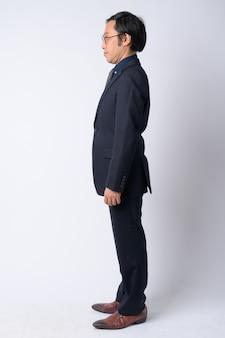 Studio strzałów z japońskiego biznesmena na sobie garnitur na białym tle