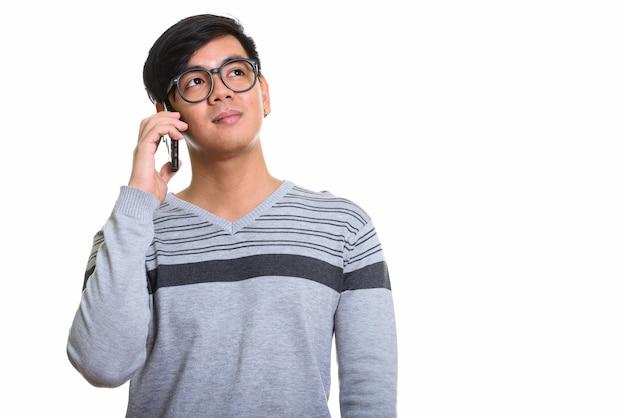 Studio strzałów z przystojny mężczyzna azji rozmawia przez telefon komórkowy