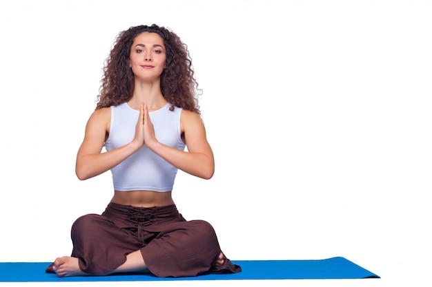 Studio strzelał młoda kobieta robi joga ćwiczeniom
