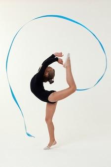 Studio strzelanie gimnastyczka dziewczynka na jasnej przestrzeni