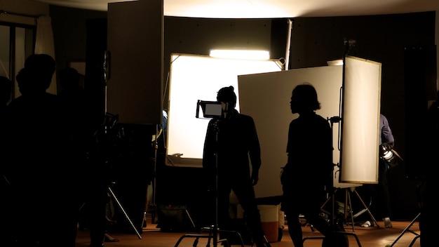 Studio strzeleckie za kulisami na zdjęciach sylwetek, które zespół ekipy filmowej pracuje nad kręceniem filmu