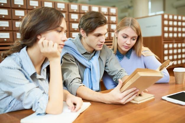 Studiowanie ciężko w przestronnej bibliotece