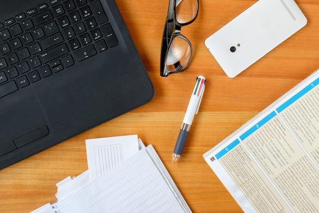 Studiuj zestaw notesu ze smartfonem długopis i podręcznik płaskoekranowego języka angielskiego