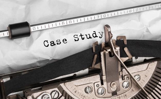 Studium przypadku tekstowe wpisane na maszynie do pisania w stylu retro