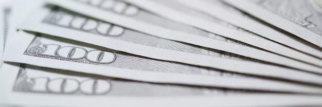 Studolarowe banknoty rozłożone na stole