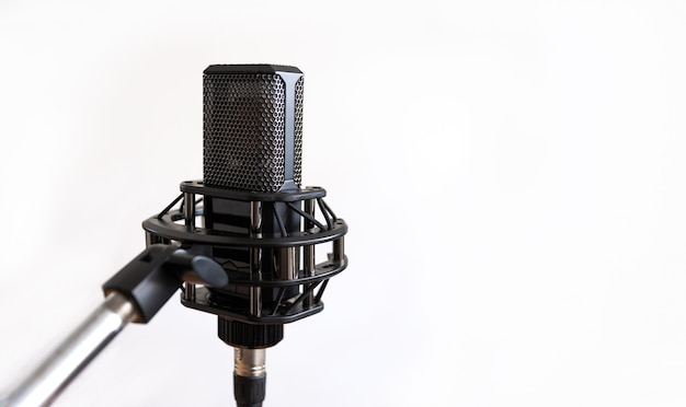 Studyjny mikrofon pojemnościowy, biały