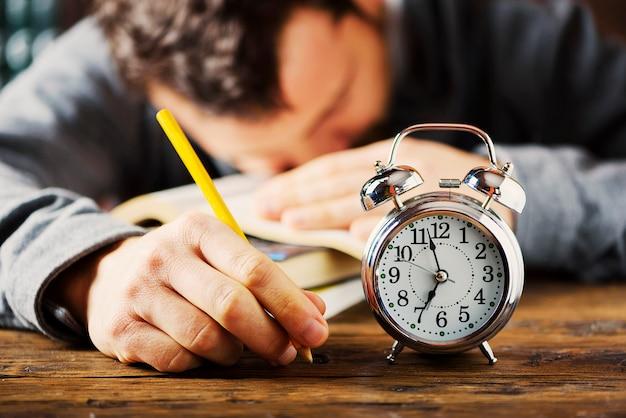 Stydying koncepcja. student późno przygotowuje się do egzaminów, selektywne skupienie