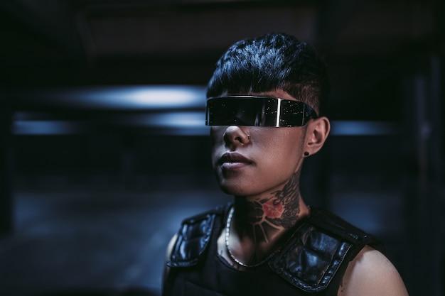 Styl cyberpunk. wytatuowany facet w jednym mieście. okulary cyberpunk.