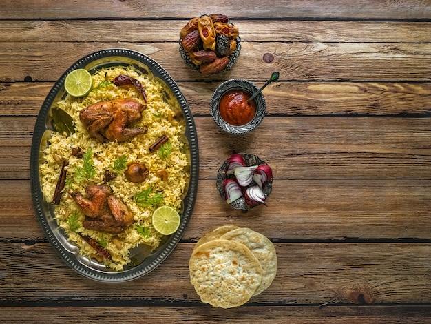 Styl jemeński. świąteczne danie z pieczonym kurczakiem i ryżem