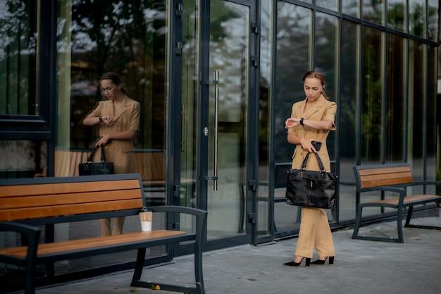 Styl kobiet biznesu. kobieta z teczką idzie do pracy. portret piękne uśmiechnięte kobiety w stylowe ubrania biurowe. wysoka rozdzielczość.