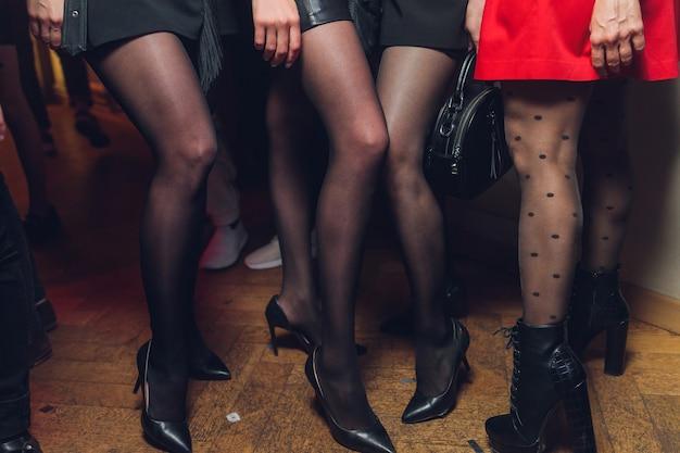 Styl. moda. buty. wysokie czarne buty damskie. piękne kobiece nogi.