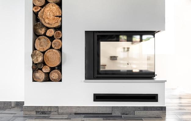 Styl narożny salonu z wystrojem kominka i wnętrzem w stylu pokoju z drewnem.