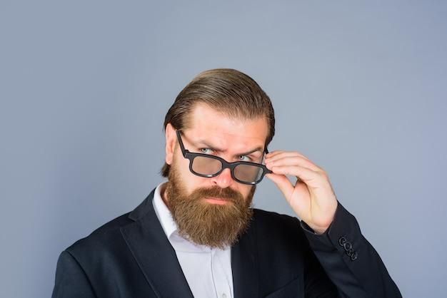 Styl optyki dla mężczyzn przystojny biznesmen w okularach przystojny mężczyzna w okularach i formalnym garniturze