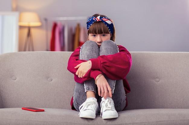 Styl. urocza uczennica ubrana w zwykły strój podczas wizyty u przyjaciółki