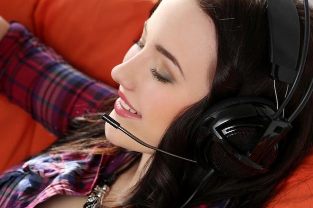 Styl życia. atrakcyjna dziewczyna w słuchawkach