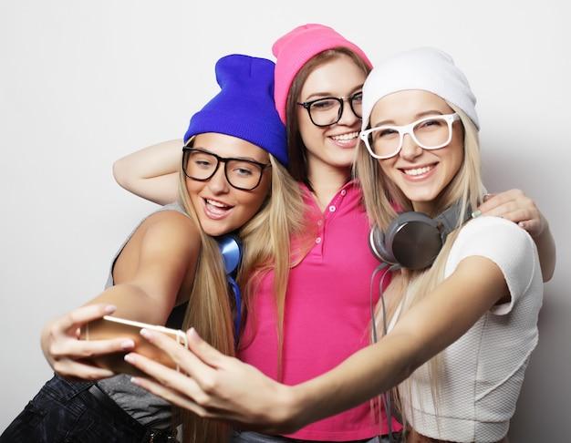 Styl życia i koncepcja ludzi: hipsterskie dziewczyny najlepsi przyjaciele biorący selfie