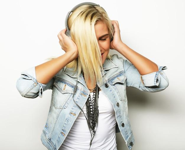 Styl życia i koncepcja ludzi: ładna, młoda dziewczyna lubi słuchać muzyki