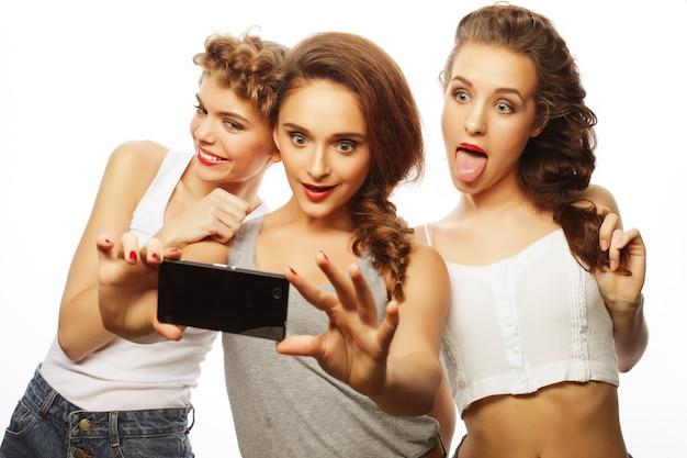 Styl życia i koncepcja ludzi: najlepsi przyjaciele dziewcząt biorący selfie