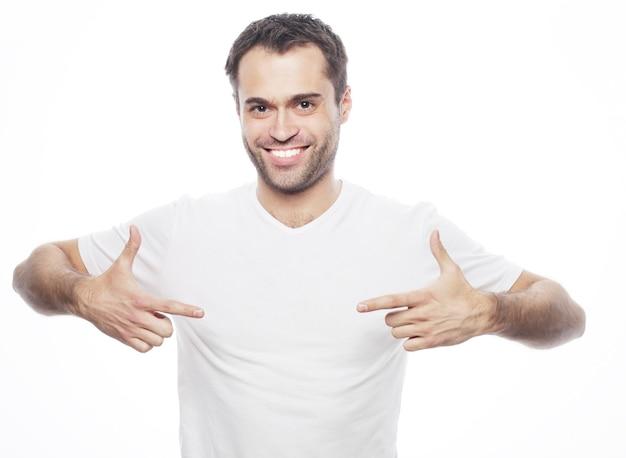 Styl życia i koncepcja ludzi. przystojny mężczyzna w białej koszuli