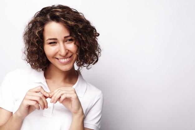 Styl życia i ludzie młoda szczęśliwa kobieta z kręconymi włosami