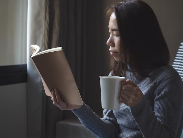 Styl życia kobiety azji w domu
