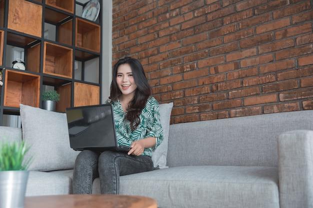 Styl życia kobiety za pomocą laptopa siedząc