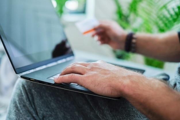 Styl życia. mężczyzna w domu z laptopem
