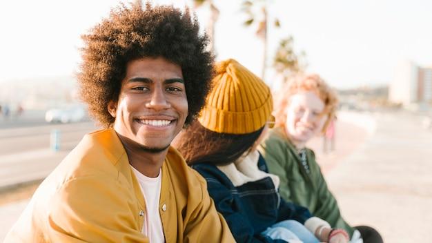 Styl życia młodych przyjaciół na zewnątrz