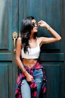 Styl życia moda uroda dziewczyna. wspaniały azjatycki portret kobiety. stylowy strój na lato i modne okulary przeciwsłoneczne w stylu vogue. zbliżenie: sexy glamour girl