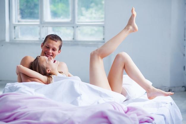 Styl życia. piękna para w łóżku