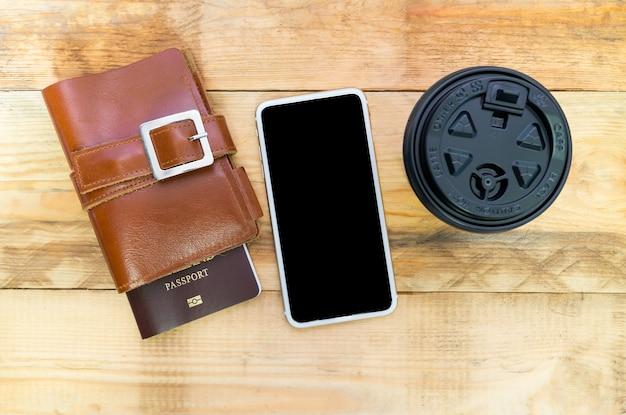 Styl życia podróżnik, odgórny widok akcesorium z kawą na drewnianym rocznika tle
