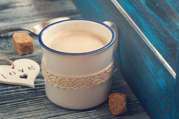Styl życia składający się z kubka do kawy, serca, brązowego cukru