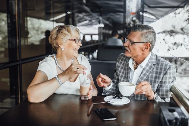 Styl życia! ujęcie starszej pary śmiechu i po kawie razem