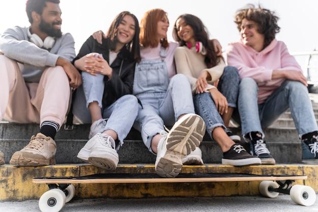 Styl życia w mieście z przyjaciółmi i longboardem