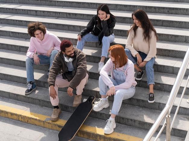 Styl życia w mieście z przyjaciółmi na schodach
