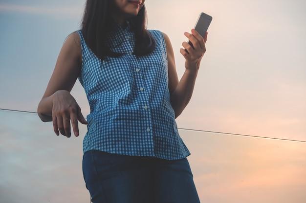 Styl życia współczesnych ludzi koncepcji. młoda kobieta za pomocą smartphone