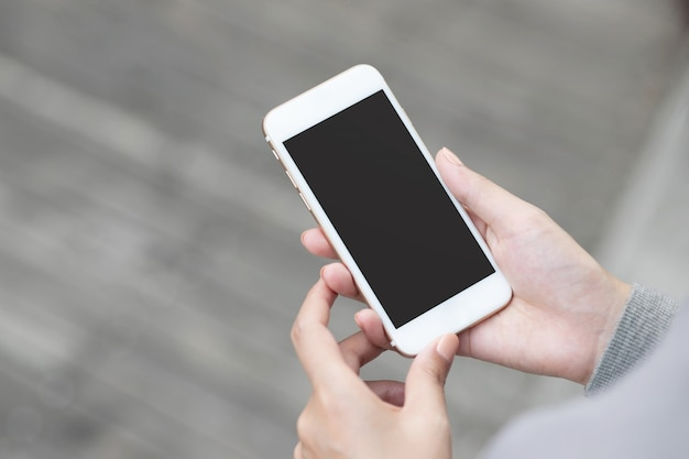 Styl życia z bliska ręka młoda kobieta oglądając wiadomość na inteligentny telefon komórkowy podczas przerwy