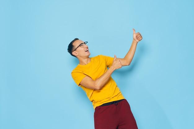 Styl życia zabawny człowiek robi pozytywny gest rękami na niebiesko