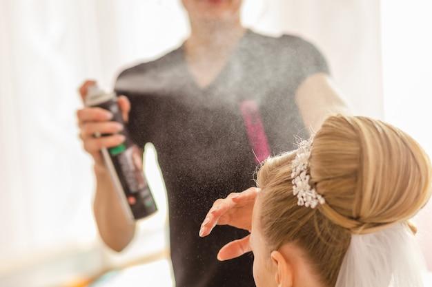 Stylista pomaga pannie młodej przygotować się do ślubu