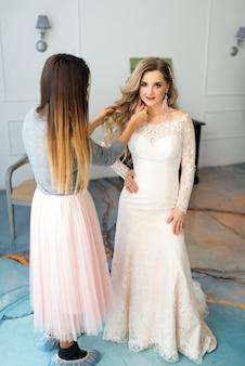 Stylista ślubny prostuje włosy panny młodej