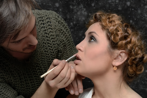 Stylista stosuje makijaż do modelu