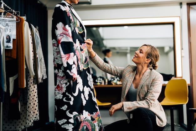 Stylista ubiera modelkę