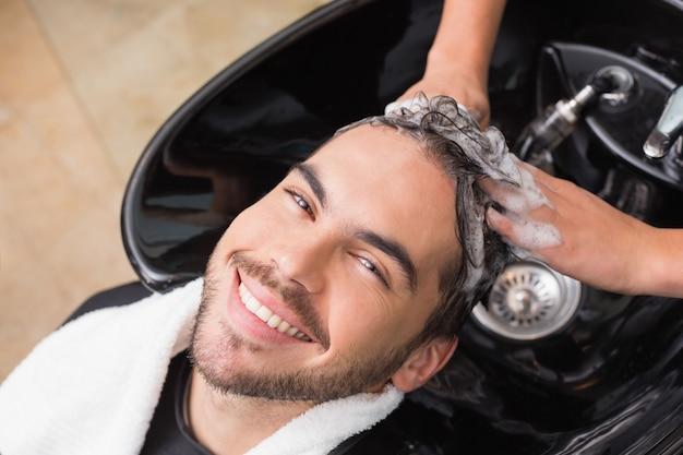 Stylista włosów myje włosy