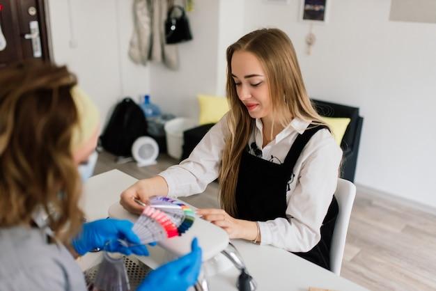 Stylizacja lakieru do paznokci w kolorze. kolorowy manicure, kosmetyczny kolorowy lakier do malowania paznokci.