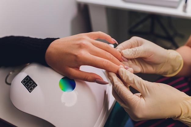 Stylizacja lakieru do paznokci w kolorze. kolorowy manicure, lakier do paznokci w kolorze lakieru kosmetycznego.