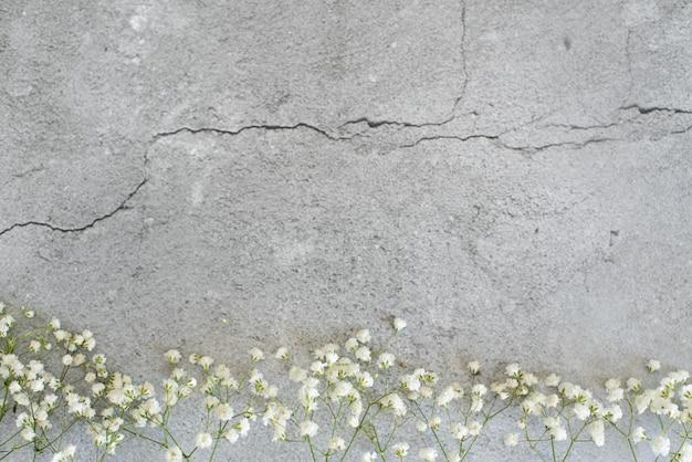 Stylizowana fotografia. kobiecy ślubny pulpit z oddechu dziecka łyszczec kwitnie na białym tle.